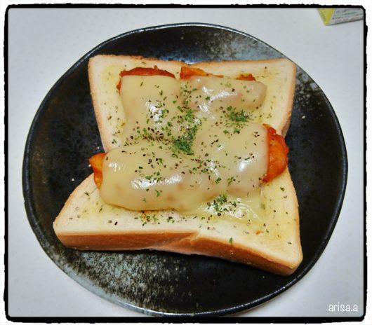 鶏胸肉のチリ炒めチーズトースト